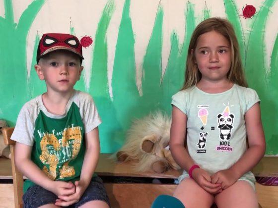 Ein Junge und ein Mädchen sitzen auf Kinderstühlen