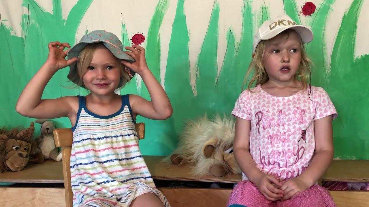 Zwei Mädchen sitzen auf Kinderstühlen