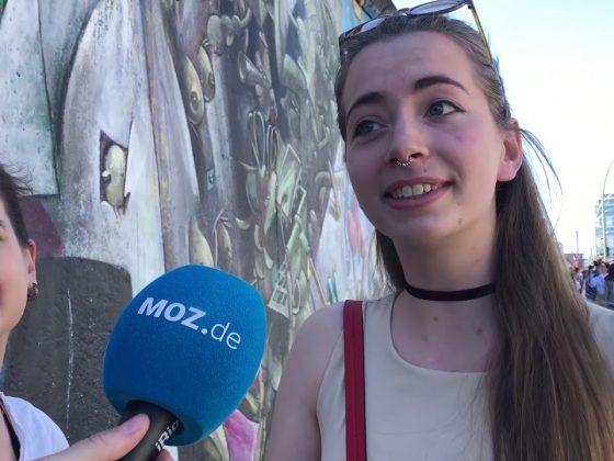 Eine junge Frau spricht in ein Mikrofon