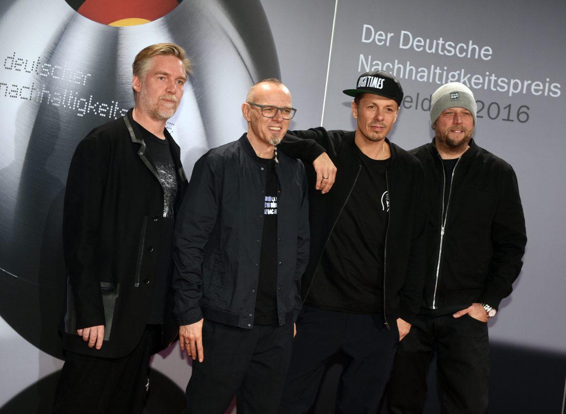 """Die Fantastischen Vier vor einer Aufstellwand mit der Aufschrift """"Der Deutsche Nachhaltigkeitspreis"""""""