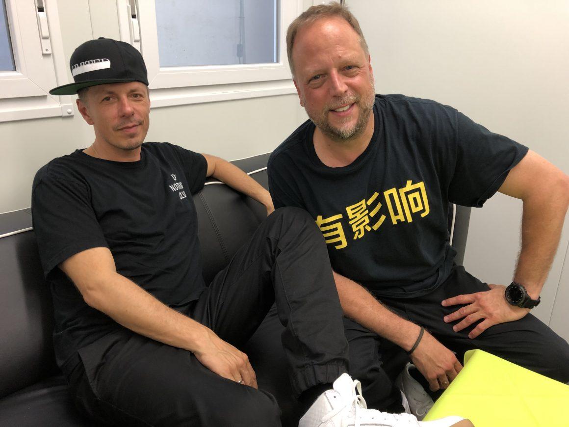 Michi Beck und Smudo von der Band die Fantastischen Vier sitzen auf einem Sofa im Backstage-Bereich