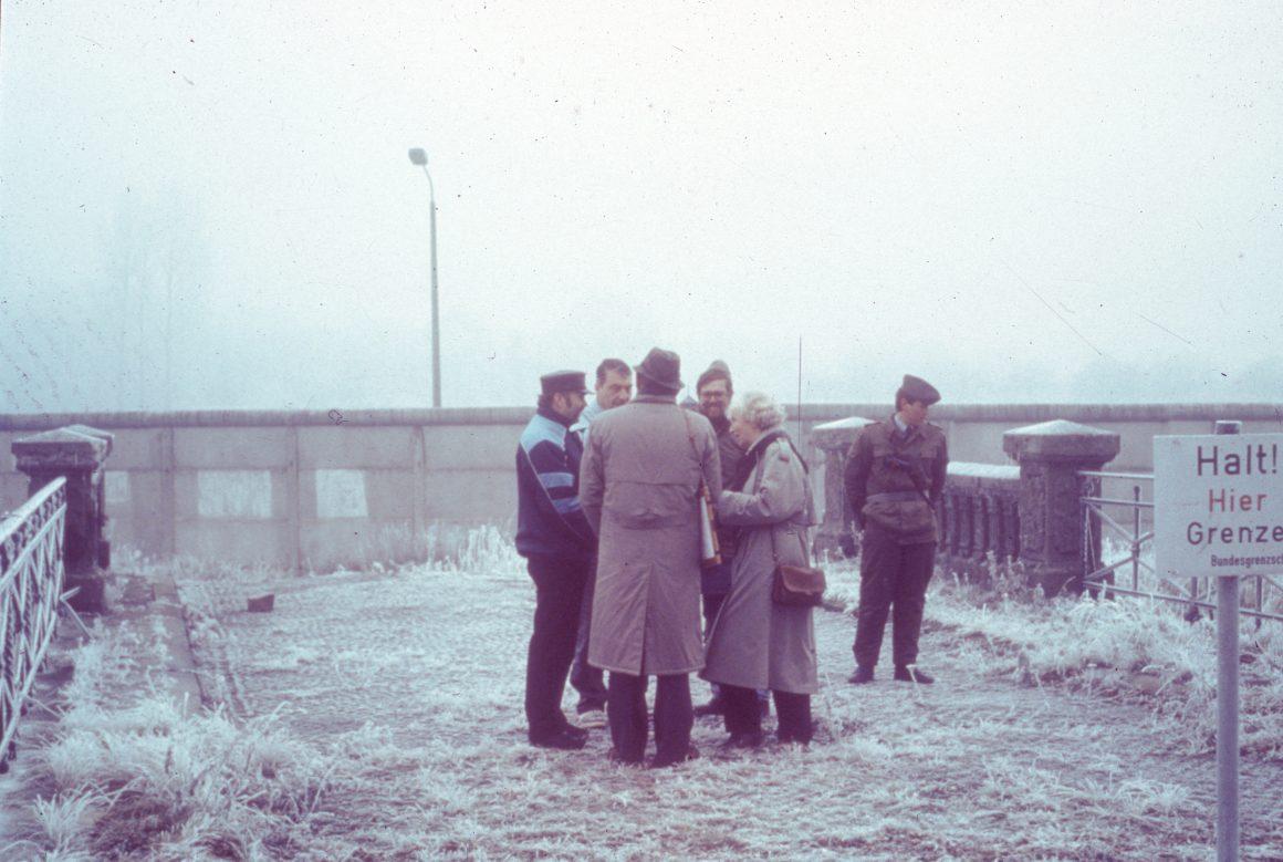 Bürgermeister stehen 1989 auf einer Brücke bei Oebisfelde
