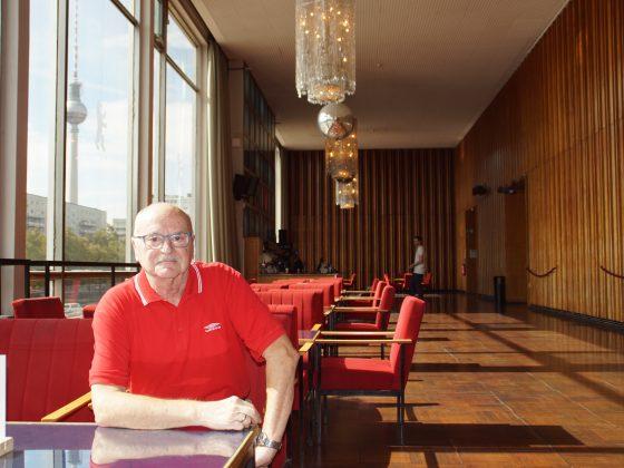 """Wolfhard Zehe sitzt im Kino International, in dem auch der Film """"Coming Out"""" am Abend des Mauerfalls Premiere feierte. Fotos: Julian Münz"""